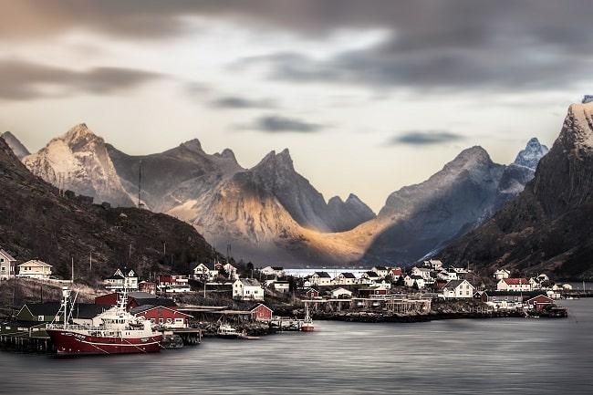 Arriver aux îles Lofoten par la mer fait toute la différence